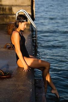 泳ぎに行く準備ができて側面図若い女性