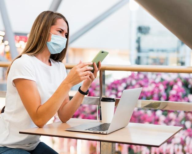 フェイスマスクを着ている若い女性