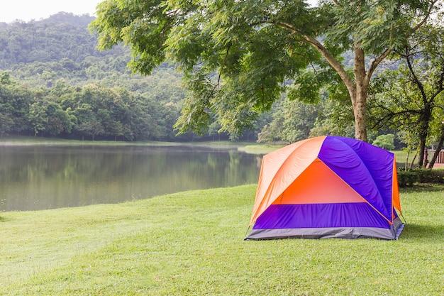 湖sideでキャンプするドームテント