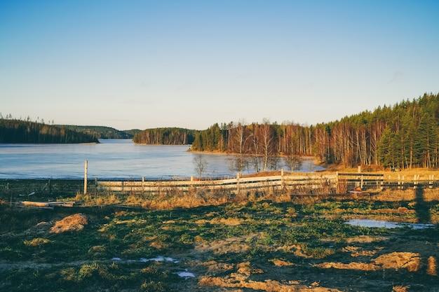 美しい秋の風景。静かな森の湖side。