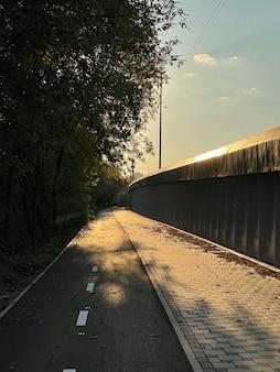 Тротуар и велосипедная дорожка на закате в городе