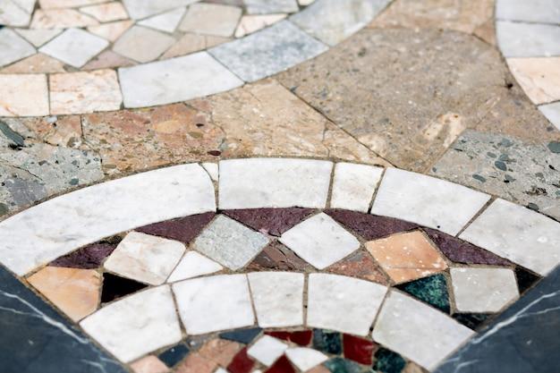 아름다운 오래된 세라믹 타일로 만든 보도