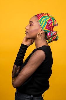 伝統的なアクセサリーを身に着けている横向きのアフリカの女性