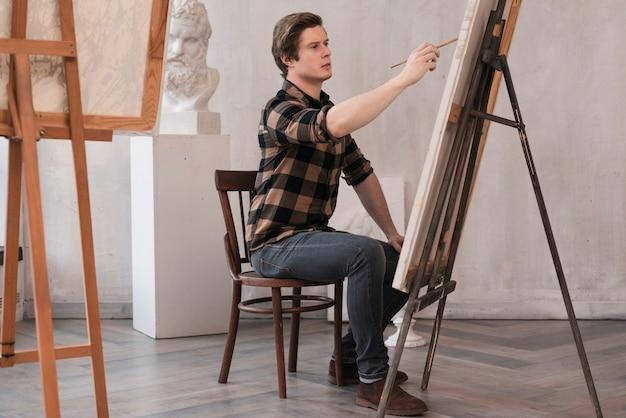 Uomo artistico lateralmente dipinto su tela