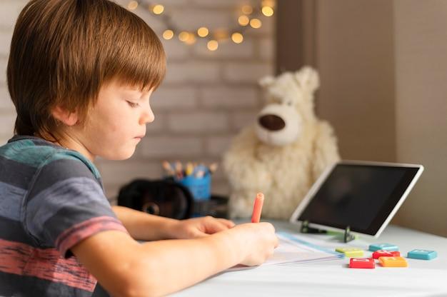 横向きの男の子のオンライン学校の相互作用