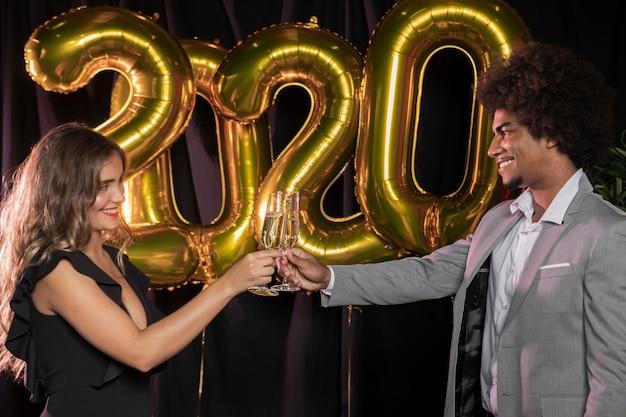 新年の2020年を乾杯する横向きの人々