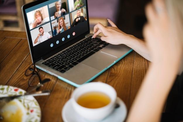 Боковой видеозвонок на ноутбуке снаружи