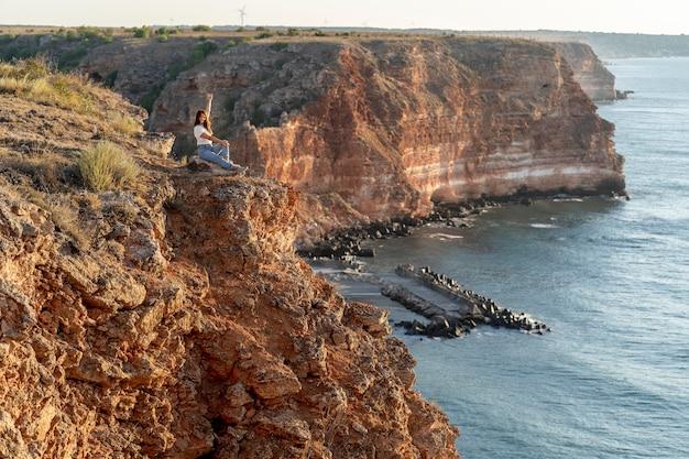 コピースペースで景色を楽しむ横向きの女性