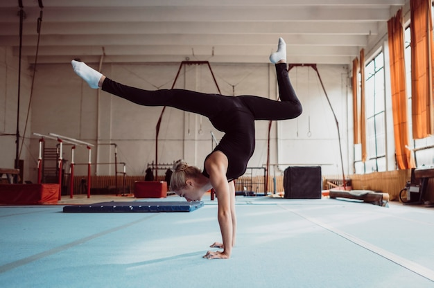 Боковая тренировка женщины для чемпионата по гимнастике