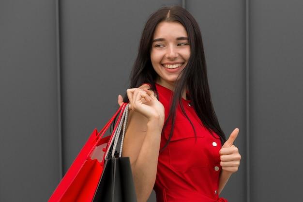 Donna di lato con le borse della spesa