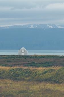 동부 아이슬란드의 해안선에있는 사이딩 코티지.