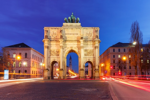 Siegestor、夜、ミュンヘン、ドイツの勝利の門