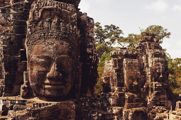 씨엠립, 캄보디아, 2014 년 2 월 : 일부 사람들은 앙코르 와트 사원 단지에서 가장 큰 종교적 기념물과 유네스코 세계 문화 유산의 석재 유적을 관광합니다.