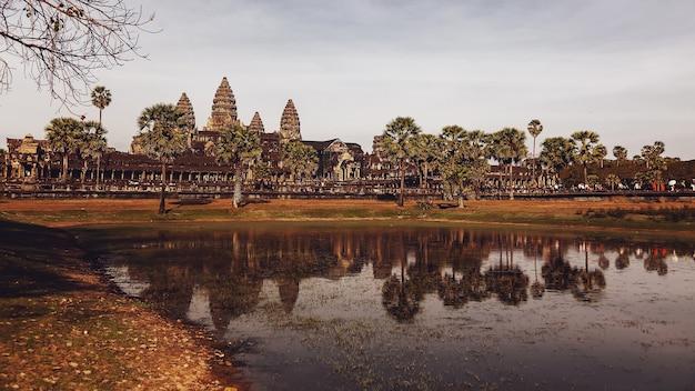 Сием рип, камбоджа, февраль 2014: некоторые туристы на каменных руинах храмового комплекса ангкор-ват, крупнейшего религиозного памятника и объекта всемирного наследия юнеско.