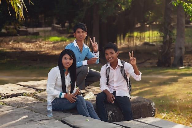 씨엠립, 캄보디아, 2014 년 2 월 : 앙코르 와트 사원 단지에서 가장 큰 종교적 기념물과 유네스코 세계 문화 유산의 석재 유적에있는 일부 젊은이들