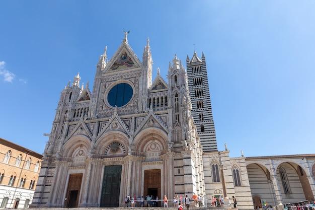 시에나, 이탈리아 - 2018년 6월 28일: 시에나 대성당(duomo di siena) 외부의 탁 트인 전망은 시에나의 중세 교회로, 초기부터 로마 가톨릭 마리아 교회로 헌납되었습니다.