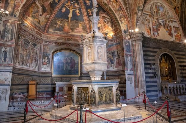 Сиена, италия - 28 июня 2018: панорамный вид на интерьер баттистеро ди сан-джованни - религиозное здание в сиене