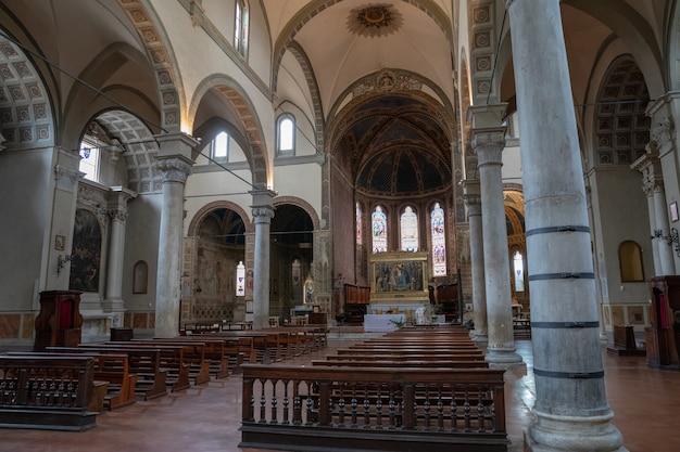 Сиена, италия - 28 июня 2018: панорамный вид на интерьер санта-мария-деи-серви в романском стиле, римско-католическая церковь в терцо сан-мартино в городе сиена, тоскана