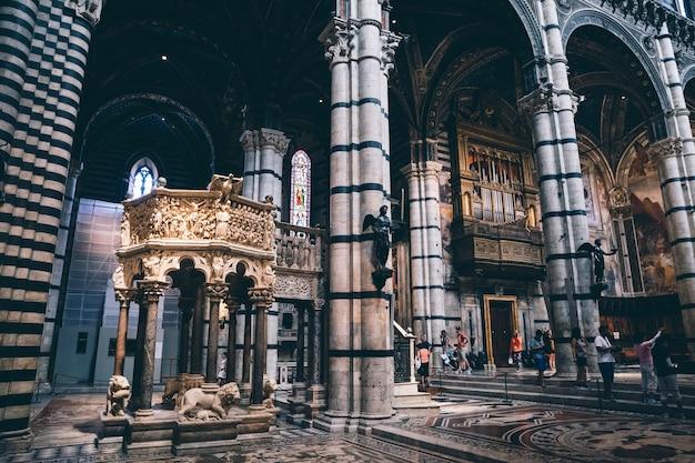 Сиена, италия - 28 июня 2018: панорамный вид на интерьер сиенского собора (duomo di siena) - средневековая церковь в сиене, посвященная с самых первых дней ее существования как римско-католическая церковь марии
