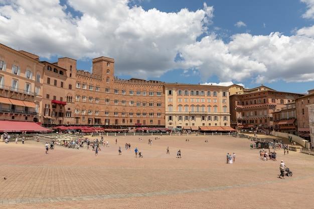 Сиена, италия - 28 июня 2018: панорамный вид на площадь пьяцца-дель-кампо - главное общественное пространство исторического центра сиены, тоскана, и считается одной из величайших средневековых площадей европы