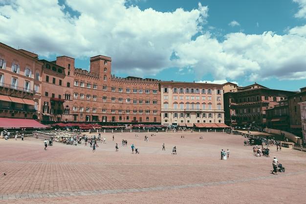 Сиена, италия - 28 июня 2018 г .: панорамный вид на площадь пьяцца-дель-кампо - главное общественное пространство исторического центра сиены, тоскана, и считается одной из величайших средневековых площадей европы