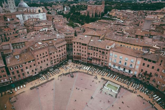 시에나, 이탈리아 - 2018년 6월 28일: 캄포 광장(piazza del campo)의 탁 트인 전망은 토레 델 만지아(torre del mangia)에서 시에나(siena)의 역사적 중심지의 주요 공공 장소입니다.