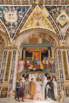 Сиена, тоскана / италия - 18 мая: внутренний вид собора сиены в сиене 18 мая 2013 года
