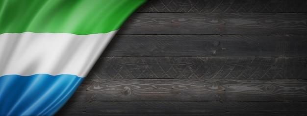 검은 나무 벽에 시에라 리온 플래그입니다. 파노라마.