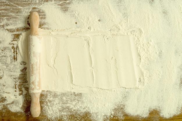 ふるいにかけた小麦粉とローリングピン