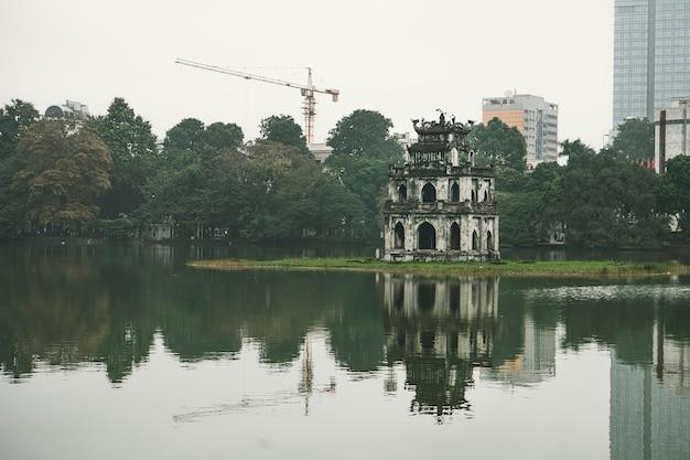 ハノイの観光。ソードレイク、亀の塔、ハノイ、ベトナム