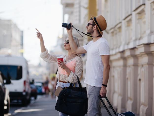 観光旅行。観光客は休暇中に写真を撮ります。家族での休暇。美しい建築コンセプト