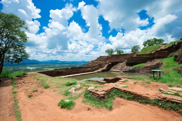 Крепость сигирия львиная скала на шри-ланке