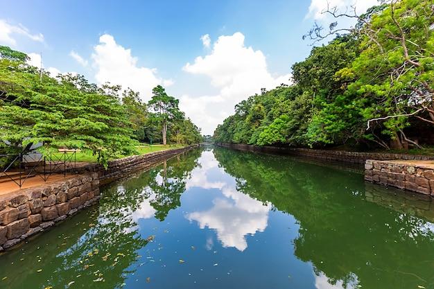 シギリロックまたはライオンロックは、スリランカのダンブッラ近くの古代の要塞です。