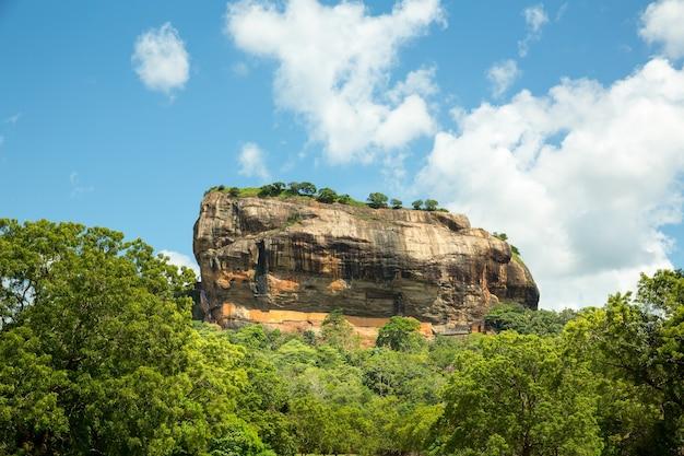 Сигирия королевство шри-ланка, известное живописное туристическое место. каменная гора. достопримечательности под защитой юнеско