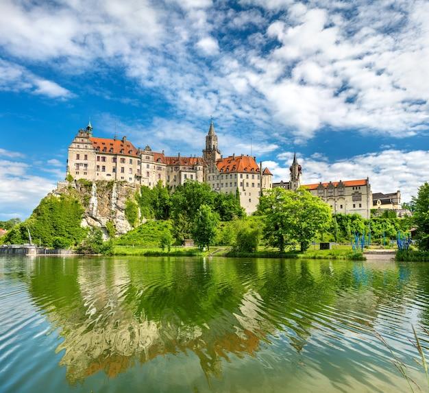 Замок зигмаринген на берегу реки дунай в земле баден-вюртемберг - германия