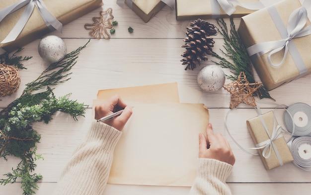 크리스마스 카드에 서명, 선물 포장 및 장식
