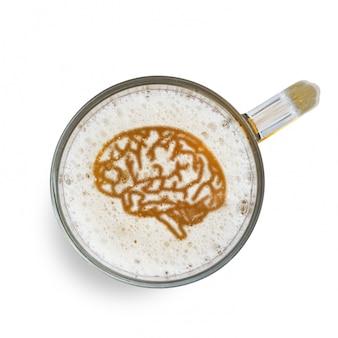 Подпишите человеческий мозг на пивной пене в стекле, изолированном на белом фоне. вид сверху. вред алкоголя концепции