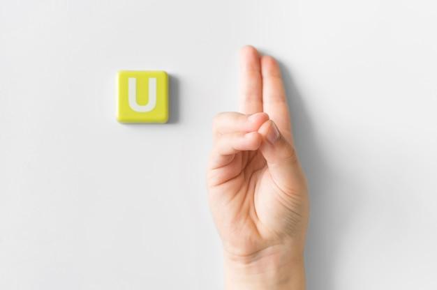 Mano di linguaggio dei segni che mostra la lettera u