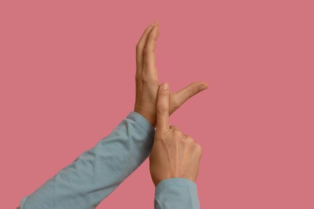 Simbolo della lingua dei segni isolato su rosa Foto Gratuite