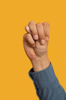 Simbolo della lingua dei segni isolato su giallo