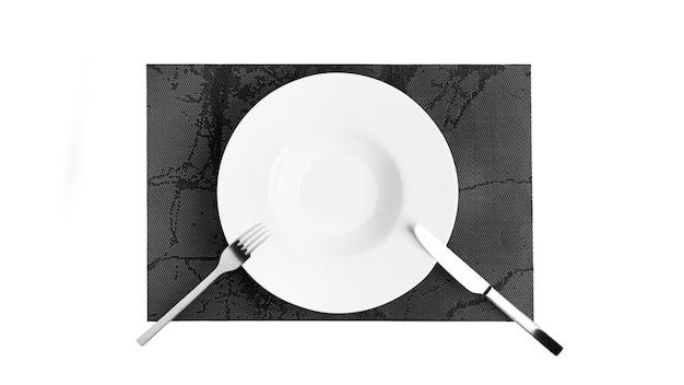 Язык жестов со столовыми приборами. тарелка со столовыми приборами, изолированные на белом фоне. тарелка, нож, вилка на белом фоне. фото высокого качества