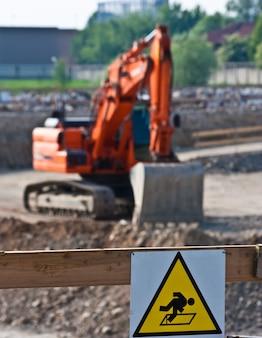 Знак опасности для незавершенных работ (итальянский) на строительной площадке