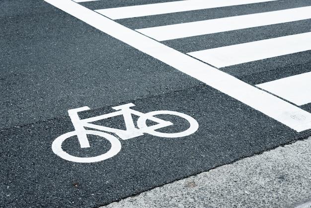 自転車が横断歩道の横の道路を横断する方法の標識