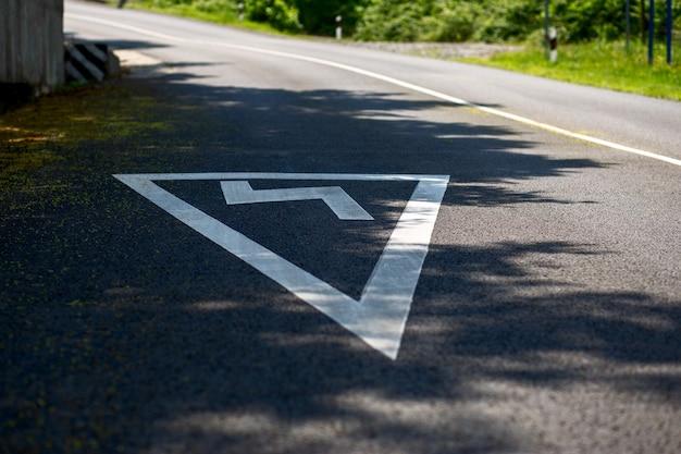 アスファルト道路の危険な曲がり角にサインオン