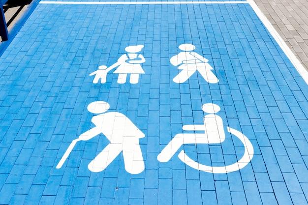 Вывеска, парковка для инвалидов на стоянке торгового центра