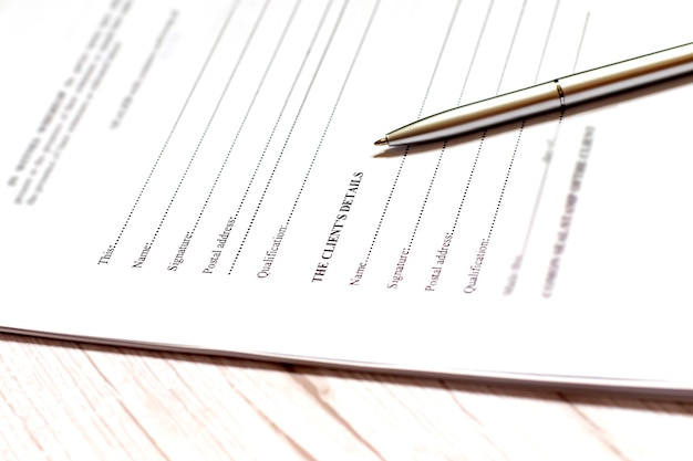 Подпишите имя на бумаге ручкой. бизнес