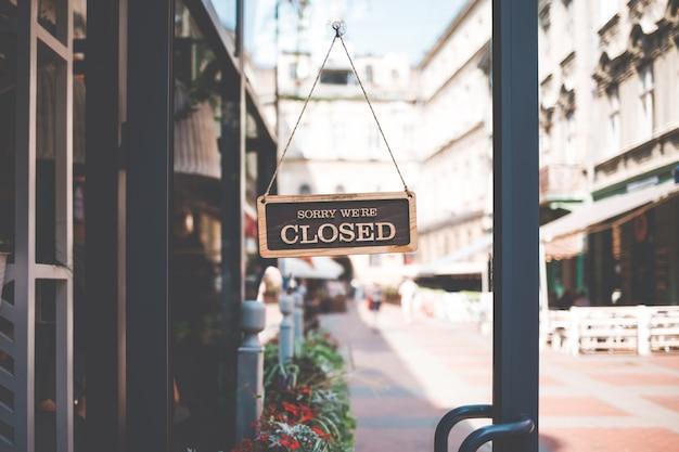 私たちはレストランのドアに閉じているサイン