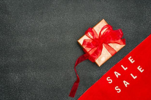 Подпишите с продажей черной пятницы, покупками и концепцией продаж. рекламное сообщение в черном фоне.