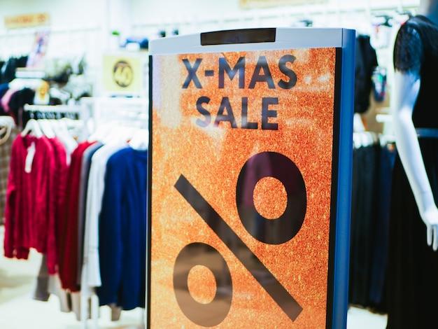 店の入り口でクリスマス割引でサインしてください。