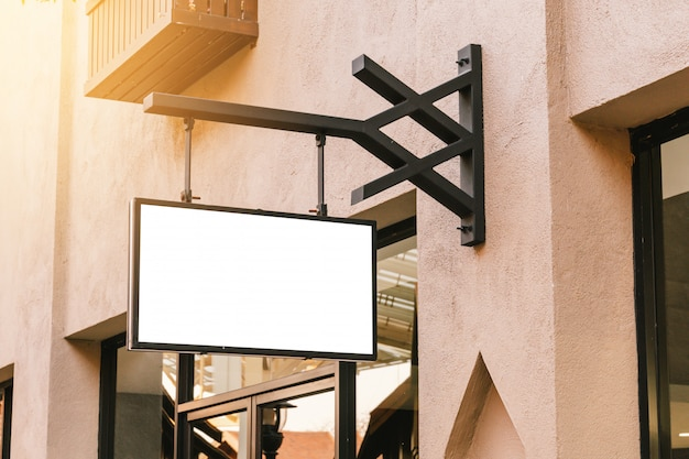 Горизонтальный черный пустой signage на фронте магазина одежды с космосом экземпляра.